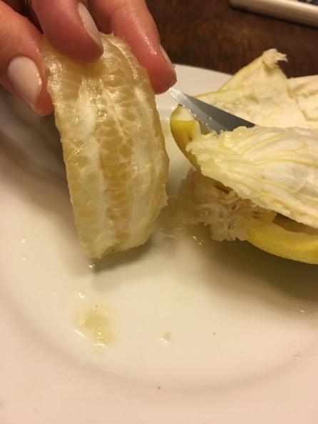 Retirar toda a parte branca entre a casca e s fruta